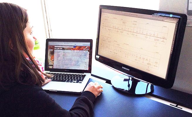 persona trabajando frente al computador