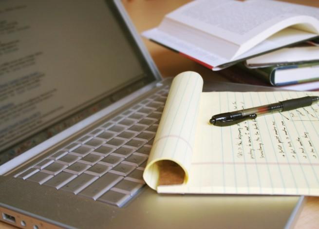 Block de notas sobre el teclado de una laptop