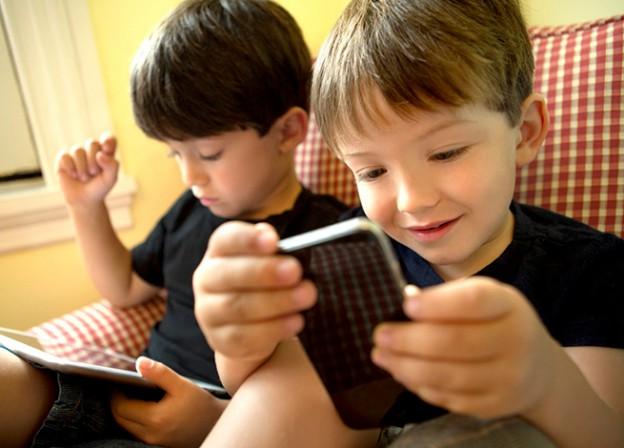niños usando tecnología