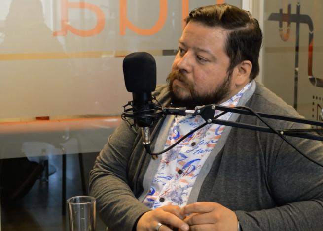 Rodrigo Vera, conversando con el microfono.