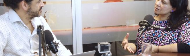 Max Martín conversa con Andrea Zamora, mientras son grabados.
