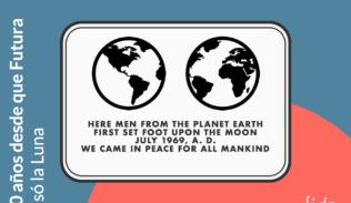 """Placa del primer alunizaje. Donde dice: """"""""Los seres humanos del planeta Tierra llegaron a la Luna por vez primera en julio de 1969 D.C. Vinimos en son de paz en nombre de toda la humanidad""""."""
