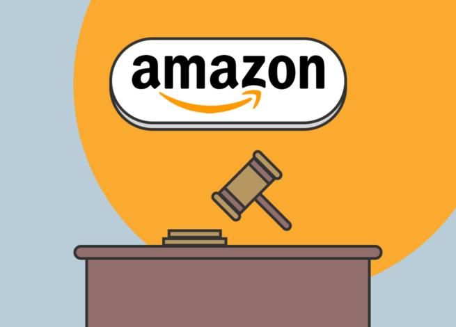 El logo de Amazon sobre una mesa de juzgado y una mazo.