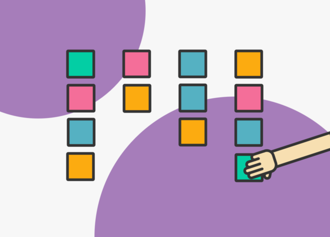 Una mano y cuadritos de colores, representan el ejercicio del card sorting