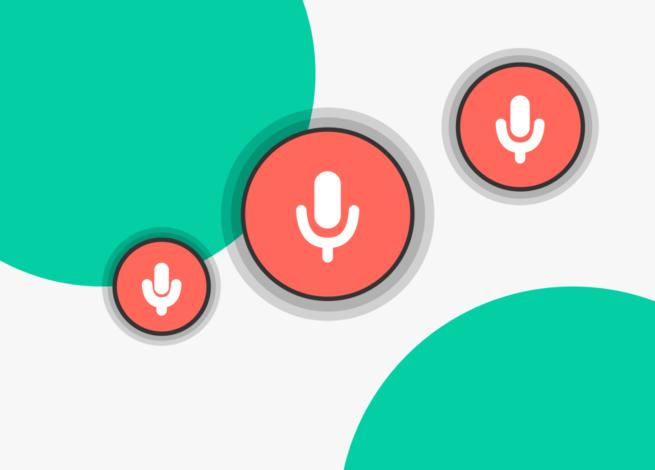 tres iconos de micrófonos que representan las interfaces de voz