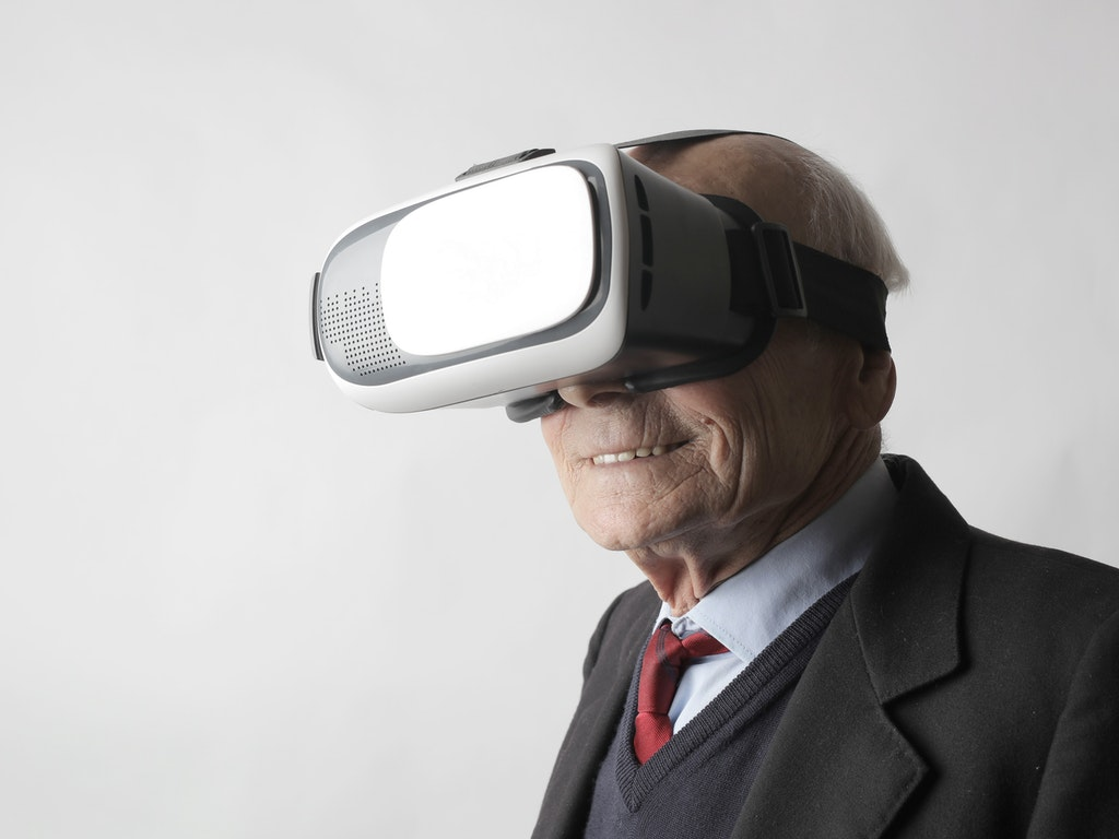 Adulto mayor con un dispositivo VR.