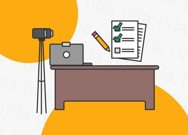 Escritorio con escritorio, computador, cámara y lista de tareas para realizar un test de usabilidad.