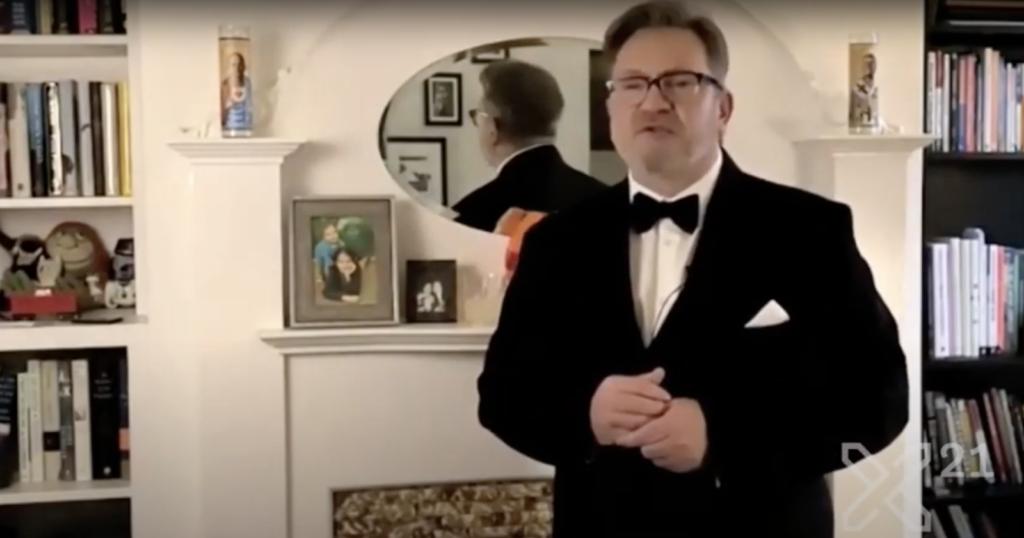 Dan Saffer, presentador de los Interaction Awards 21, desde una sala de su casa.