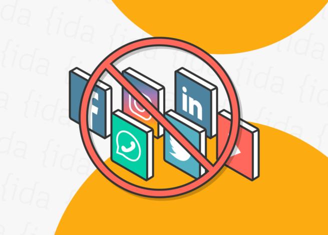 logos de redes sociales con un icono de bloqueo por encima de estos.