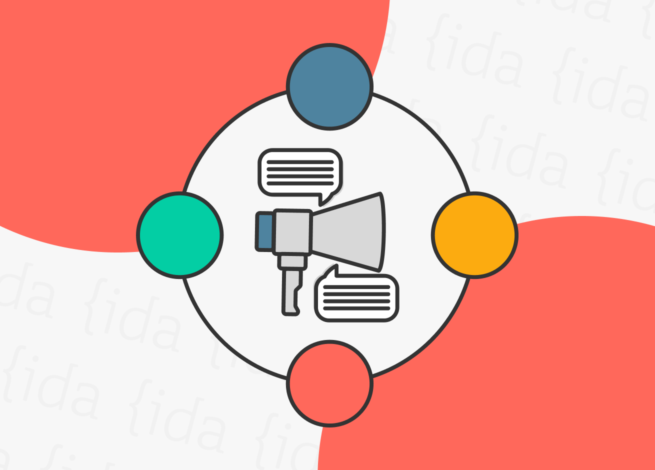 megáfono con burbujas de texto a su alrededor, lo que hace referencia a una Content Strategy.