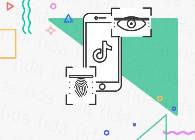 Celular con la app de TikTok y data biométrica a sus costados, huellas digitales y reconocimiento facial.