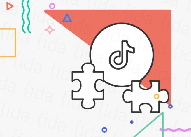 Logo de TikTok con piezas de rompecabezas a su costado.