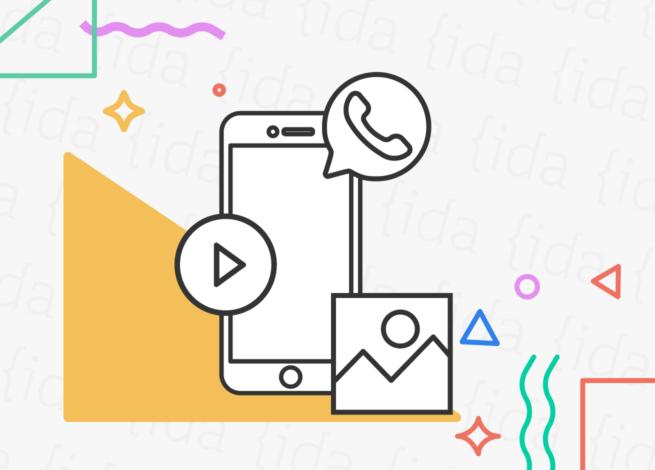 Logo de WhatsApp en un celular con íconos que hacen referencia a los vídeos e imágenes.